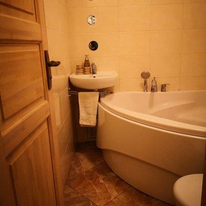 Divu istabu dzīvoklis ar vannu un balkonu